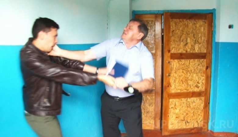 Напавший на репортера омский депутат получил два года условно