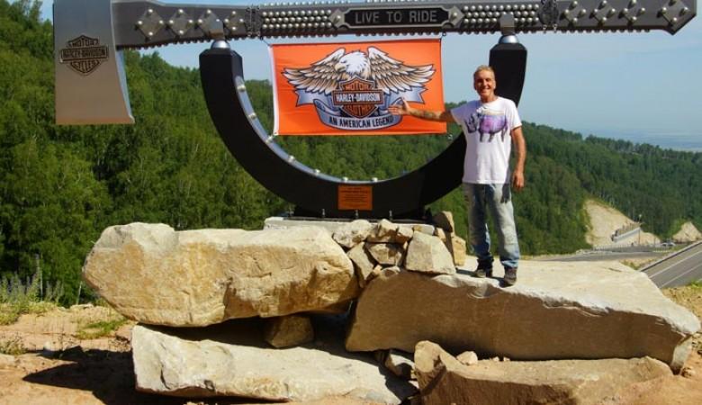 На Алтае установили 6-метровый топор