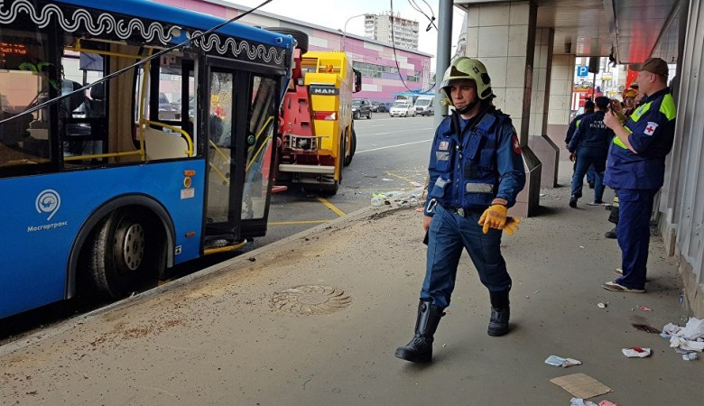 В Новосибирске бетонная плита упала с панелевоза на автобус