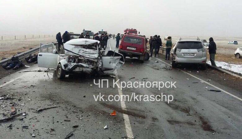 Три человека погибли в столкновении пяти машин в Хакасии