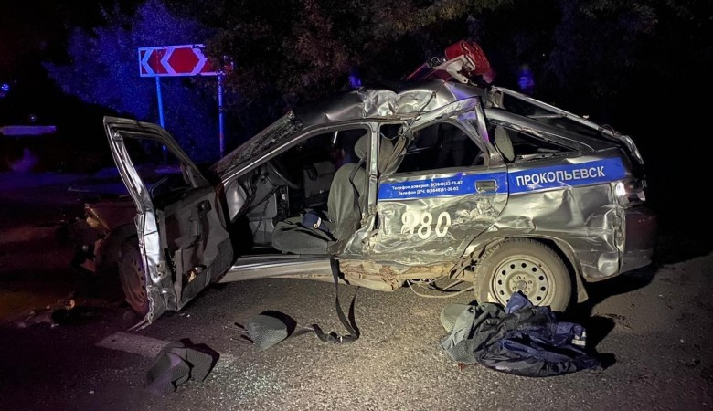 Автобус с горняками столкнулся с машиной полиции в Кузбассе, пострадал полицейский