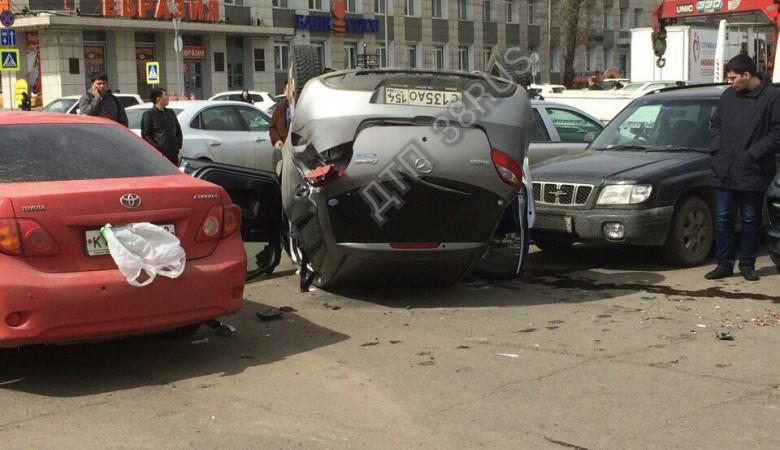 Автоледи уложила на крышу свою машину на парковке иркутского правительства