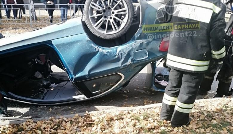 В Барнауле перевернулась легковушка из-за ДТП с тремя автомобилями