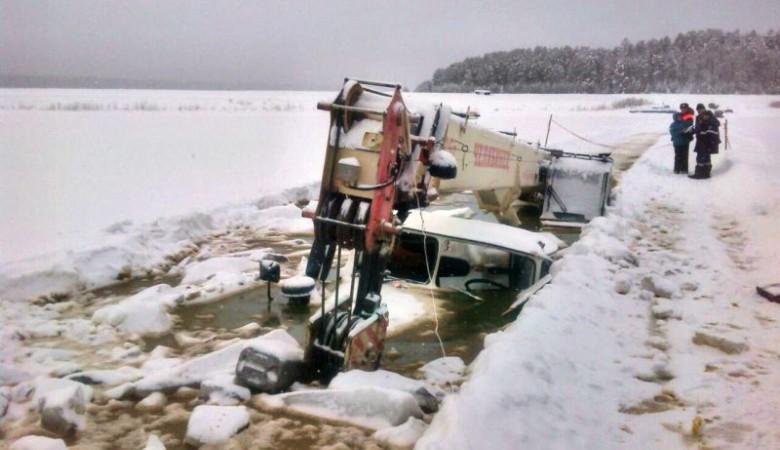 Морозы заставили приостановить работы на месте провала под лед трех машин в Иркутской области