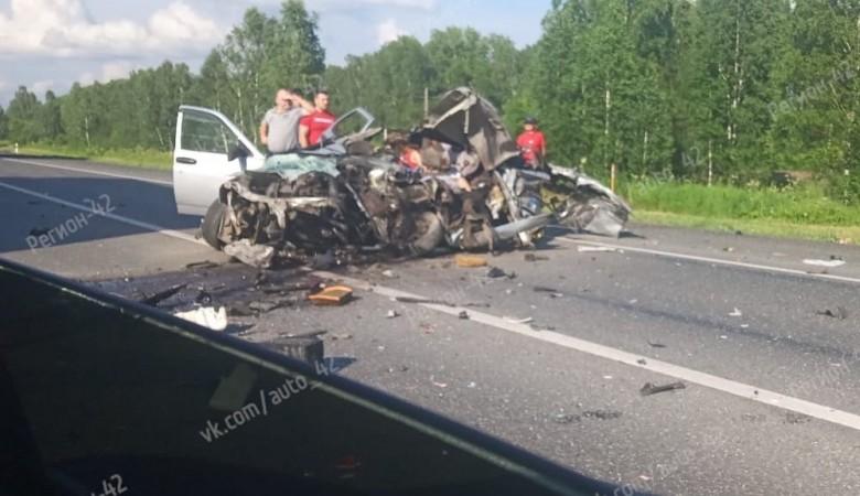 Три человека погибли в результате столкновения легковушки и грузовика в Кемерове