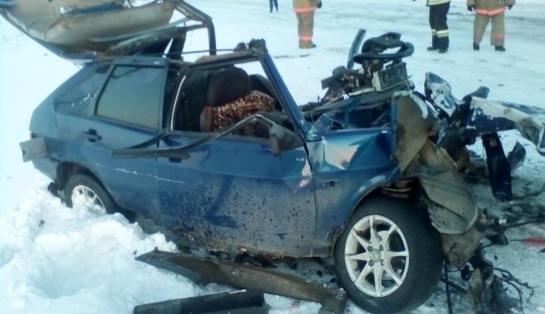 Водитель легковушки, столкнувшейся с пассажирским автобусом, погиб в Красноярском крае