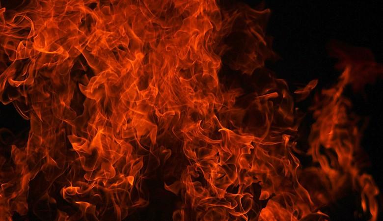 Житель Бийска поджег дом с двумя детьми внутри и наблюдал за пожаром