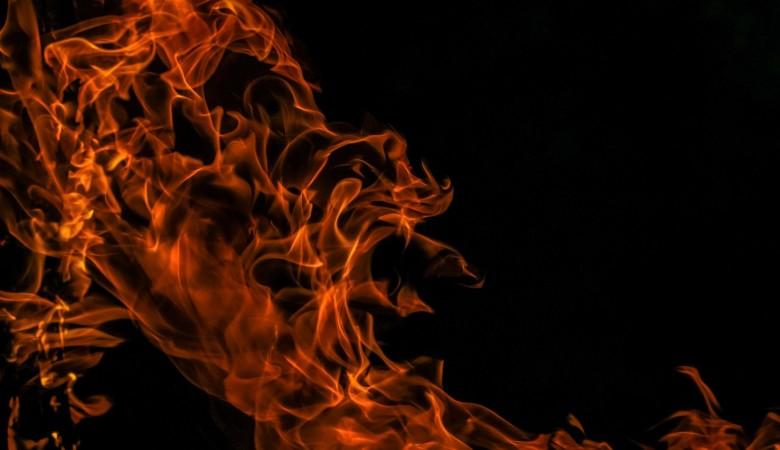 Многоэтажный дом загорелся в Томске. Виновник пожара выпрыгнул из окна и спрятался