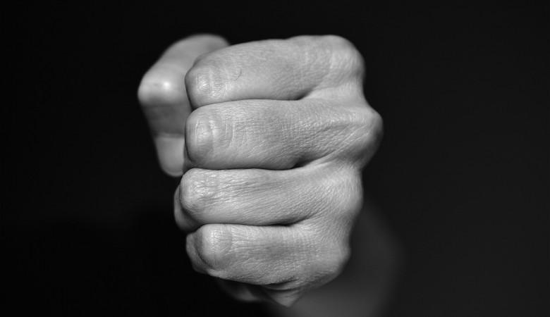 Сотрудник алтайского психинтерната избивал пациентов и заставлял их работать