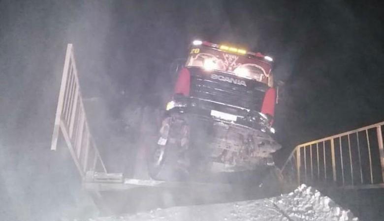 Лесовоз, обрушивший мост, оставил северный город Киренск без дороги в Иркутск