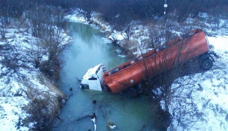 Газовоз съехал в реку в Томской области