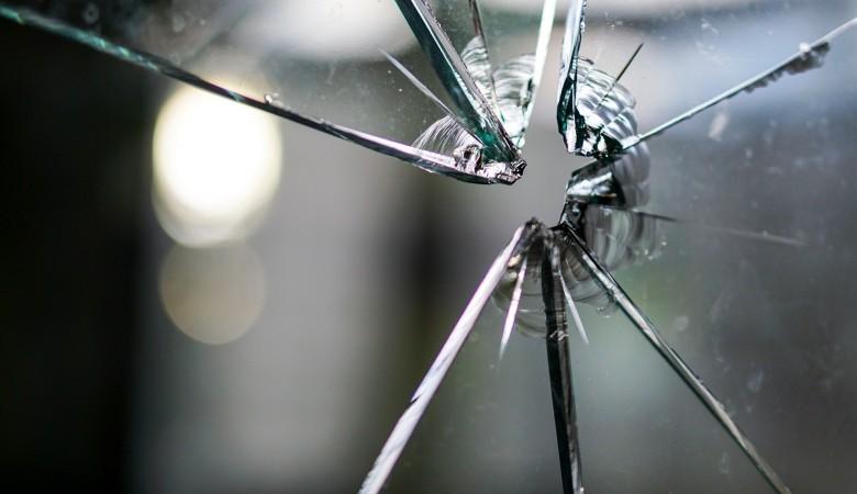 В Абакане 22-летний парень напал на полицейских с осколком стекла