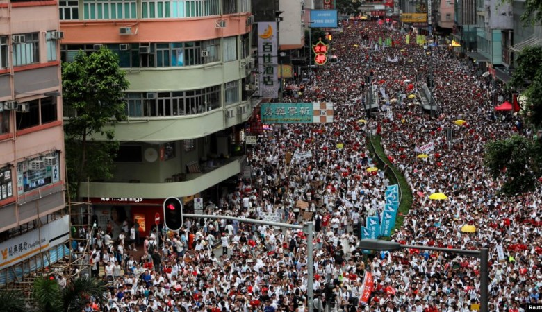 Тысячи протестующих пришли к заксобранию Гонконга перед сессией по закону об экстрадиции