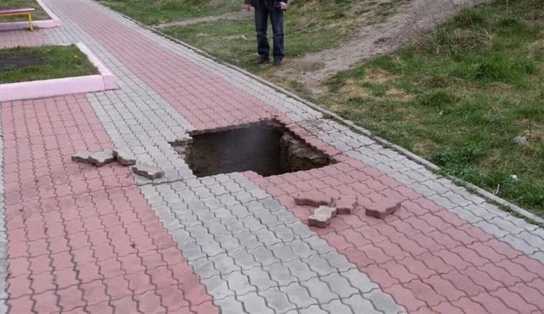 Женщина с ребенком провалилась в яму с кипятком в Красноярске
