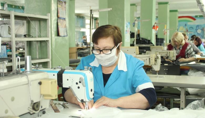 В Кузбассе на швейной фабрике начали производство многоразовых медицинских масок