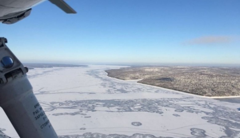 Спасатели готовятся поднять вертолет, обнаруженный подо льдом Ангары