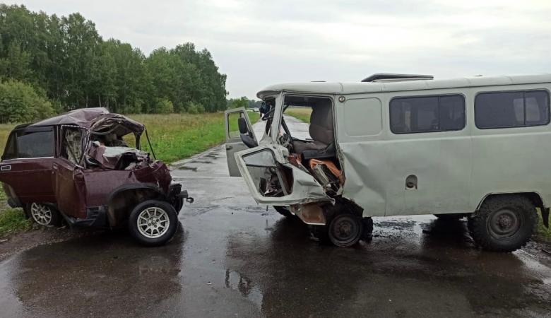 В Омской области УАЗ столкнулся с «семеркой», погибли три человека