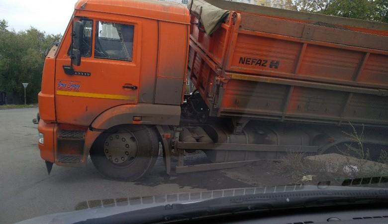 В центре Омске «Камаз» провалился в канализацию