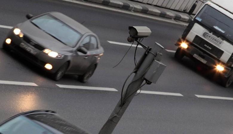Жители Омска массово запинывают треноги, на которых стоят дорожные камеры