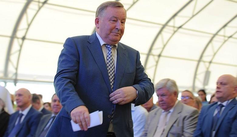 Врио губернатора Алтая Томенко наградил бывшего главу региона Карлина
