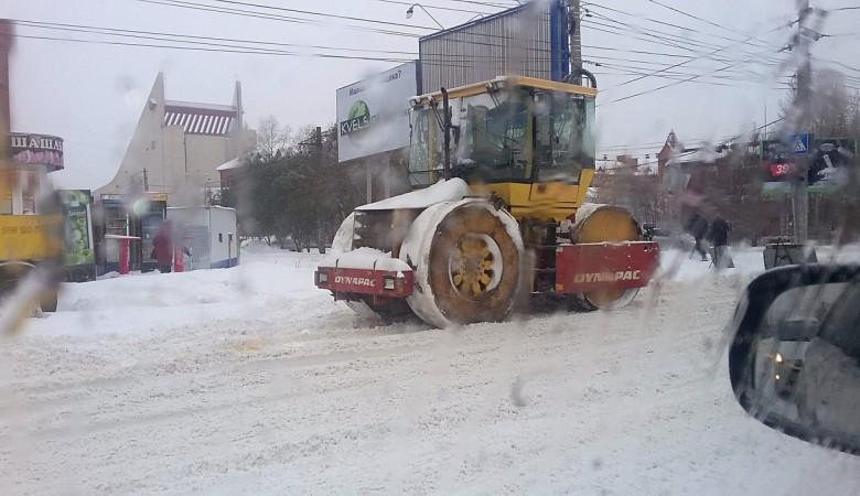 На омских улицах снег трамбуют дорожными катками