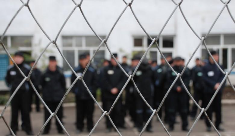 Кидавшиеся тумбочками заключенные в хакасской колонии получили новые сроки
