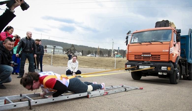 Пауэрлифтер Оксана Кошелева сдвинула в Улан-Удэ 16-тонный «Камаз»