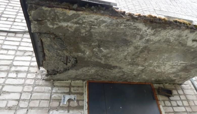 В Кузбассе на пенсионерку рухнула часть козырька подъезда