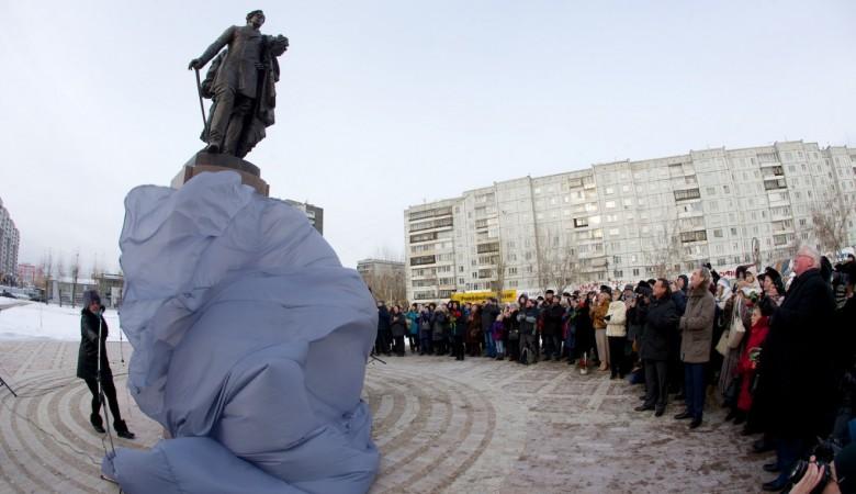 ВКрасноярске разрушается плитка у монумента первому губернатору