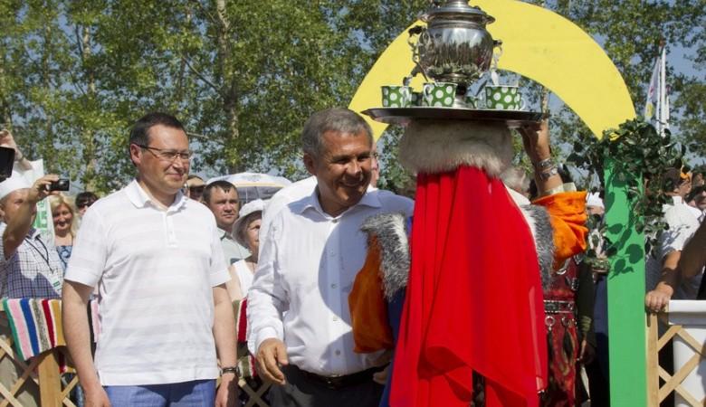 В Красноярске «пиарят» Универсиаду при помощи забегов на лыжах по траве и футбола в валенках