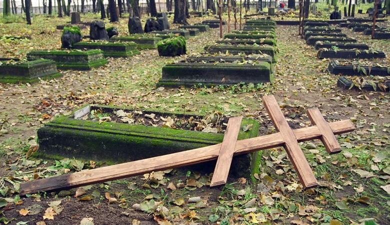 Мужчина сломал крест намогиле прежнего любовника сожительницы