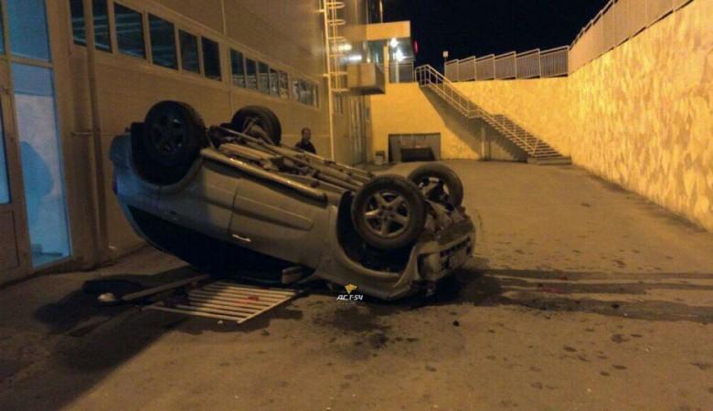 В Новосибирске кроссовер рухнул с верхней парковки торгового центра