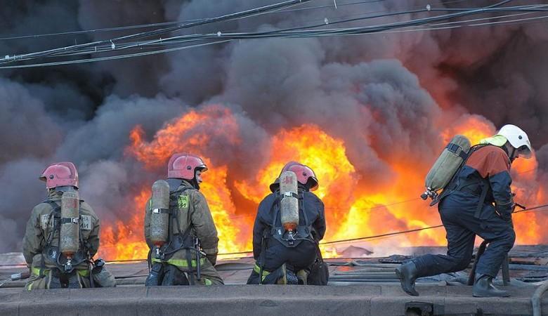 Три человека, включая ребенка, погибли при пожаре в частном доме в Омске