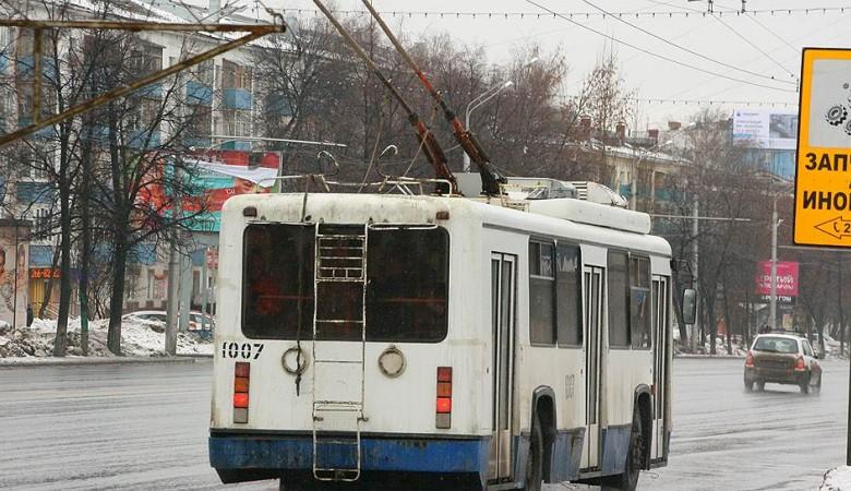 СК проверит сообщения о девочке, голову которой зажало дверями троллейбуса в Барнауле