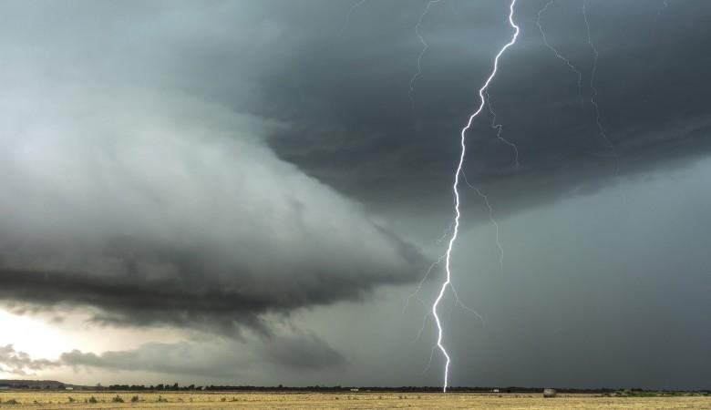 В Красноярском крае от удара молнии погибли пастух и его лошадь