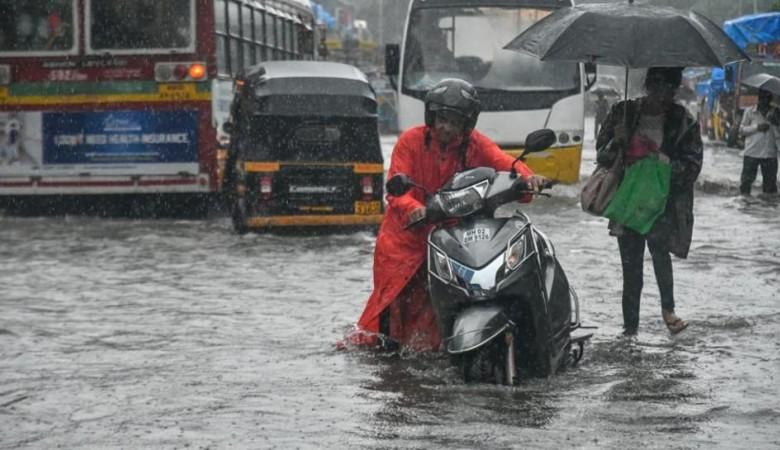 Власти Китая эвакуировали 77 тыс человек из-за проливных дождей