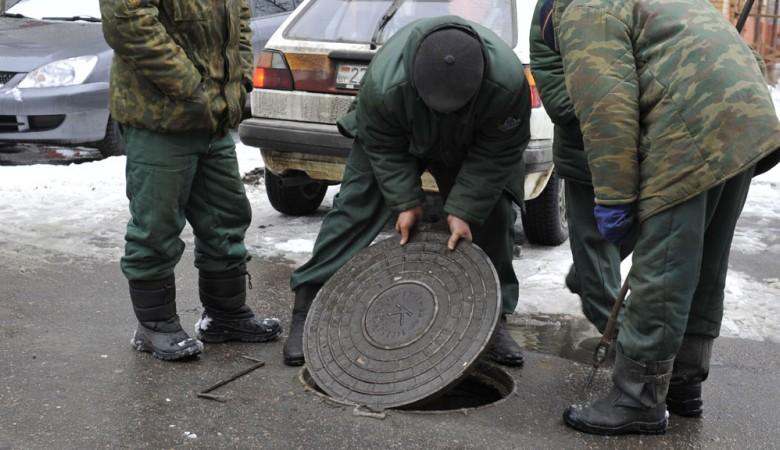 В Новосибирске пенсионера засосало в канализацию, он погиб