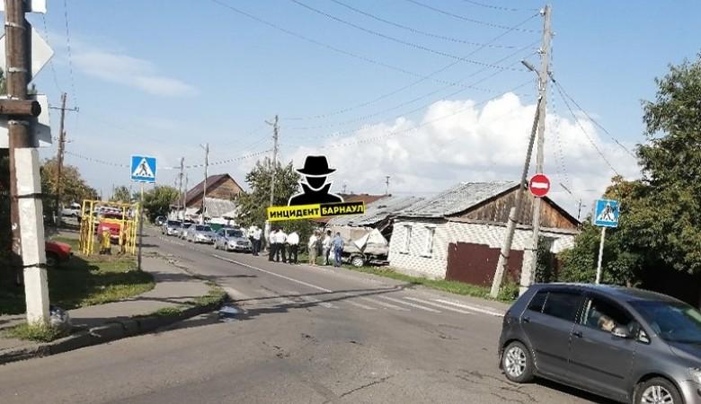 В Барнауле «Газель» протаранила стену частного дома