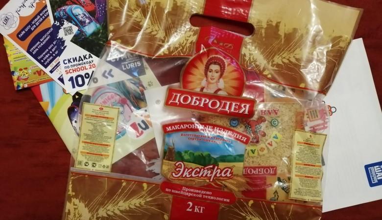 Омские власти подарили школьникам макароны и просроченный лимонад