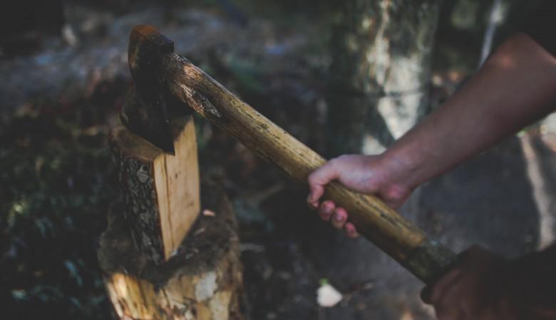 Житель Усть-Илимска в пьяном угаре зарубил собутыльницу топором