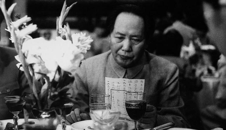 Китайский чиновник строго поплатился засравнение всоцсети Мао Цзедуна сдьяволом
