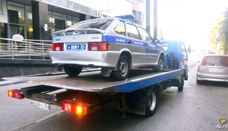 В Новосибирске эвакуатор забрал полицейскую машину, которую припарковали с нарушениями