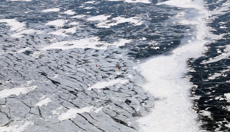 Nissan Patrol с иностранными туристами провалился под лед на Байкале