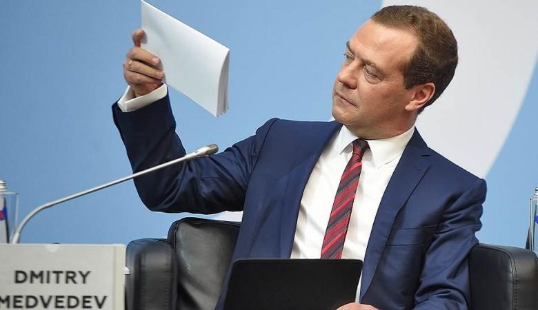 Медведев посетил Деревню Универсиады в Красноярске и попробовал блины в столовой