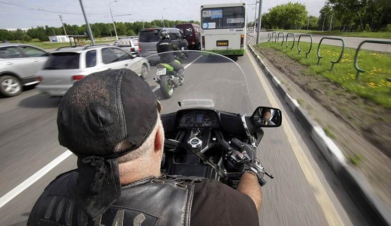 Мотоциклист въехал в больницу под Омском и погиб