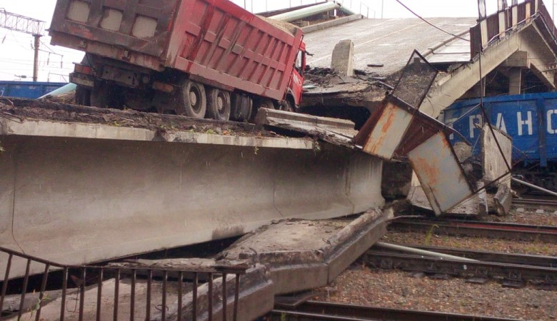 СК начал проверку в связи с обрушением моста в Приамурье на полотно Транссиба, введен режим ЧС