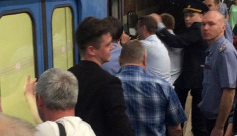 Пассажиры новосибирского метро дотолкали электропоезд доостановки