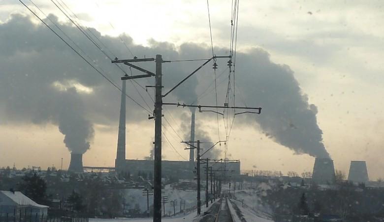 Жители Омска надели противогазы, увидев черное небо и почувствовав испорченный воздух