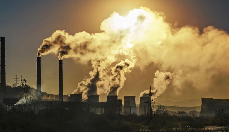 Чистка оборудования привела к выбросу черного дыма с омского завода