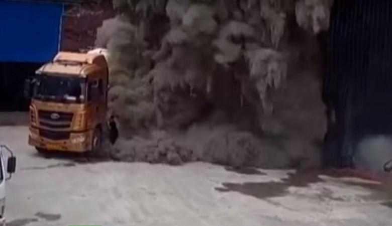 Оползень сошел на цементный завод в Китае, семеро пропали без вести